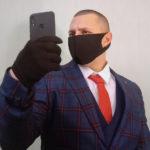 Человек в черной маске и перчатках – это не грабитель, а символ 2020 года